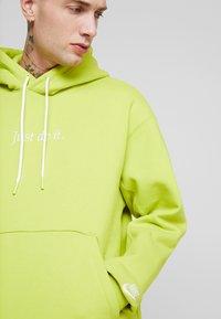 Nike Sportswear - HOODIE - Hoodie - bright cactus/white - 4