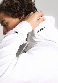 Nike Sportswear - HOODIE - Sweat à capuche - white/black - 4