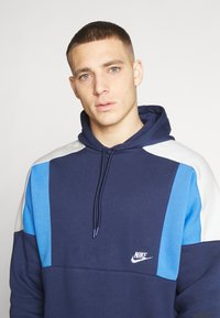 Nike Sportswear - HOODIE - Bluza z kapturem - midnight navy/pacific blue/light bone white - 4