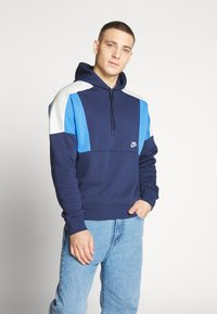 Nike Sportswear - HOODIE - Bluza z kapturem - midnight navy/pacific blue/light bone white - 0