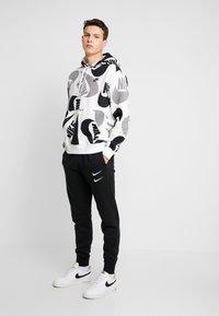 Nike Sportswear - CLUB HOODIE - Bluza z kapturem - black/white - 1