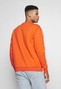 Nike Sportswear - Collegepaita - team orange/white - 2