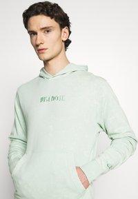 Nike Sportswear - HOODIE WASH - Mikina skapucí - pistachio frost - 4