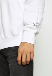 Nike Sportswear - HOODIE  - Jersey con capucha - white - 6