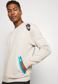 Nike Sportswear - FESTIVAL CREW - Sweatshirt - string/laser blue/black - 3