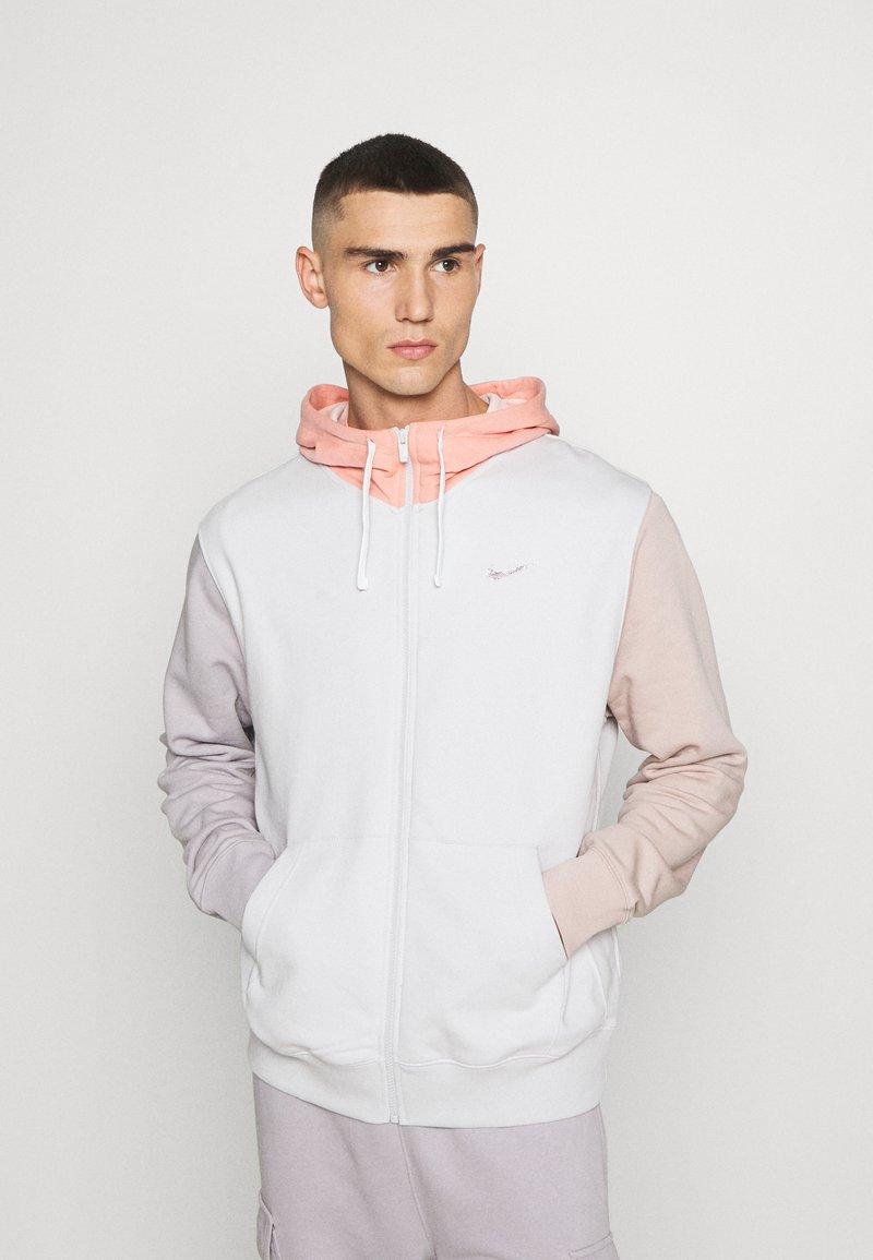 Nike Sportswear - HOODIE - Sudadera con cremallera - vast grey/pink quartz