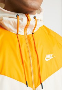 Nike Sportswear - Korte jassen - light cream/orange peel/nightshade - 4