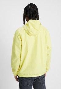 Nike Sportswear - Wiatrówka - yellow pulse/white - 2
