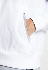 Nike Sportswear - Leichte Jacke - white/wolf grey/black - 5