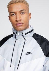 Nike Sportswear - Leichte Jacke - white/wolf grey/black - 4