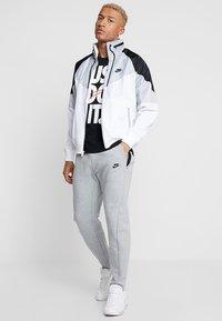 Nike Sportswear - Leichte Jacke - white/wolf grey/black - 1