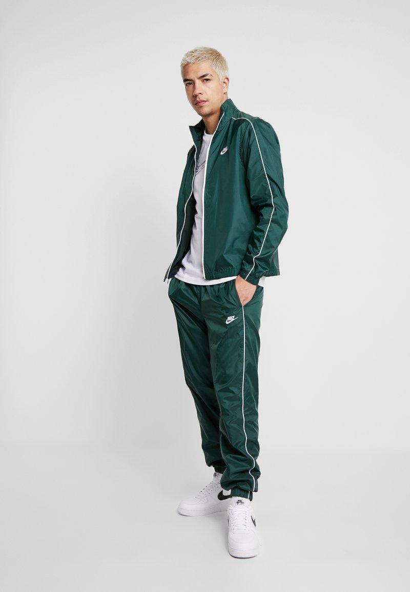 Nike Sportswear - SUIT BASIC - Trainingsanzug - galactic jade/white