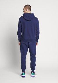 Nike Sportswear - M NSW CE TRK SUIT HD FLC GX - Tuta - midnight navy - 0