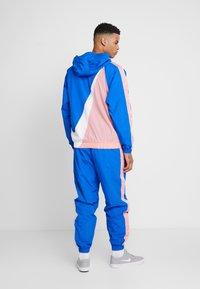 Nike Sportswear - Windjack - game royal/white/pink gaze - 2