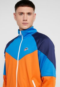 Nike Sportswear - Chaqueta de entrenamiento - starfish/battle blue/midnight navy - 4