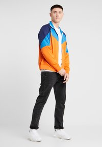 Nike Sportswear - Chaqueta de entrenamiento - starfish/battle blue/midnight navy - 1