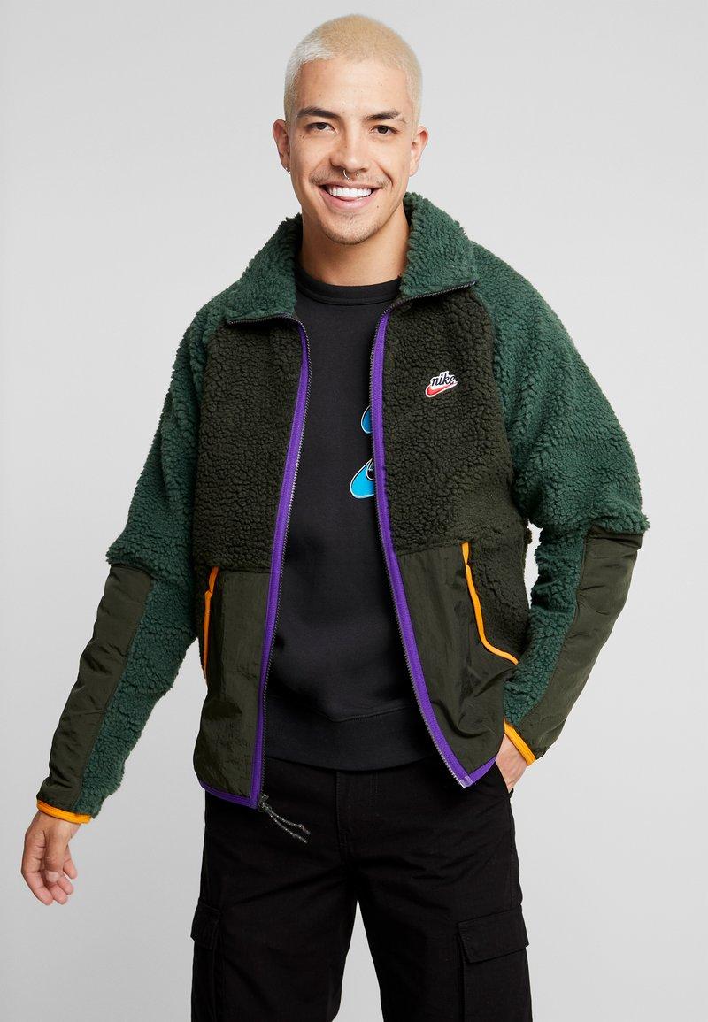 Nike Sportswear - WINTER - Giacca leggera - sequoia/galactic jade/kumquat