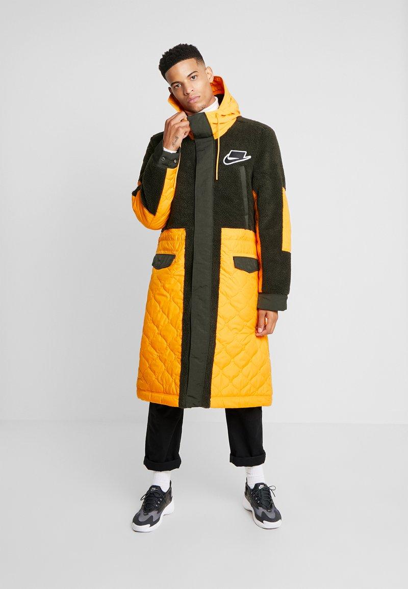 Nike Sportswear - FILL MIX - Jas - kumquat/sequoia