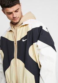 Nike Sportswear - ISSUE  - Wiatrówka - team gold/sail black/white - 3