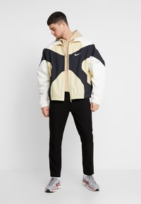Nike Sportswear - ISSUE  - Wiatrówka - team gold/sail black/white - 1