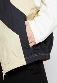 Nike Sportswear - ISSUE  - Wiatrówka - team gold/sail black/white - 5
