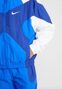 Nike Sportswear - ISSUE  - Tuulitakki - hyper royal/white/deep royal blue - 5