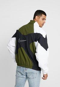 Nike Sportswear - ISSUE  - Windbreaker - legion green/white/black - 2