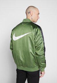 Nike Sportswear - Bomberjacks - treeline/black/white - 2