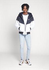 Nike Sportswear - M NSW HE WR JKT HD REV INSLTD - Kurtka przejściowa - black - 1