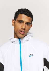 Nike Sportswear - SIGNATURE - Veste de survêtement - white/black/pure platinum - 3
