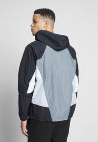 Nike Sportswear - SIGNATURE - Kurtka sportowa - smoke grey/black/lt smoke grey - 2