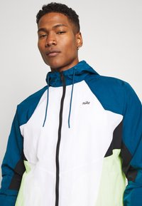 Nike Sportswear - SIGNATURE - Verryttelytakki - blue force/white/barely volt - 4