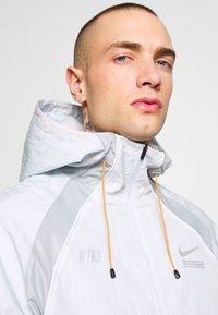 Nike Sportswear - Kurtka wiosenna - pure platinum/light smoke grey - 4