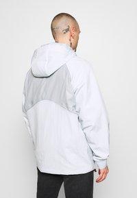 Nike Sportswear - Kurtka wiosenna - pure platinum/light smoke grey - 2
