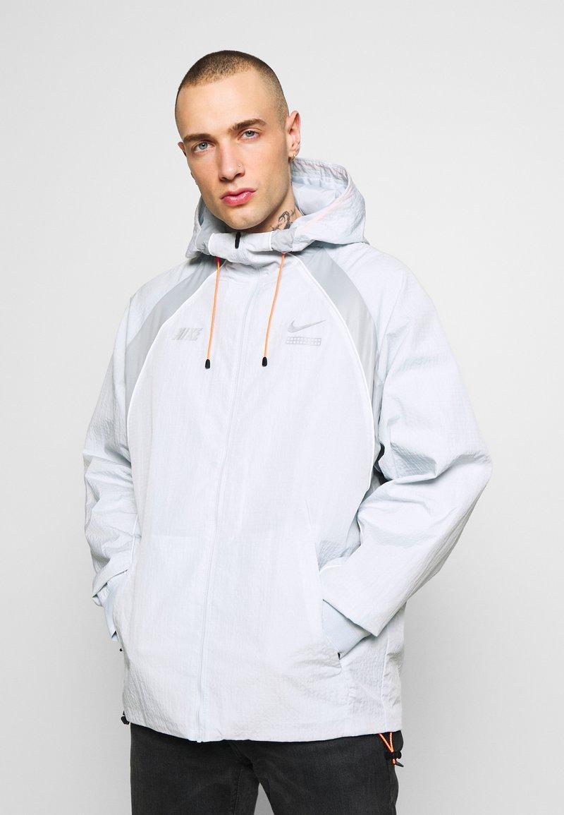 Nike Sportswear - Kurtka wiosenna - pure platinum/light smoke grey