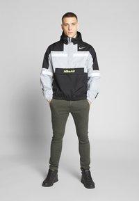 Nike Sportswear - M NSW NIKE AIR JKT WVN - Veste coupe-vent - smoke grey/black/white - 1