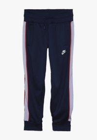 Nike Sportswear - HERITAGE - Pantalon de survêtement - blue void/lavender mist/habanero red/white - 0