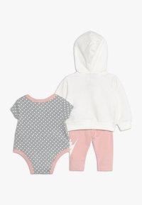 Nike Sportswear - FUTURA BABY SET - Bluza rozpinana - bleached coral - 1