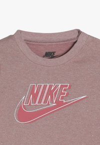 Nike Sportswear - SPARKLE COVERALL BABY - Kombinezon - bleached coral heather - 4