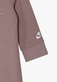 Nike Sportswear - SPARKLE COVERALL BABY - Kombinezon - bleached coral heather - 2