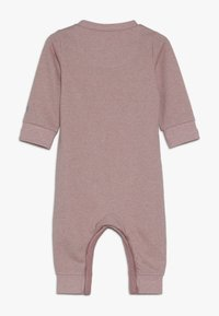 Nike Sportswear - SPARKLE COVERALL BABY - Kombinezon - bleached coral heather - 1