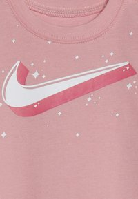 Nike Sportswear - GRAPHIC COVERALL SOCK BABY SET - Kombinezon - bleached coral - 3