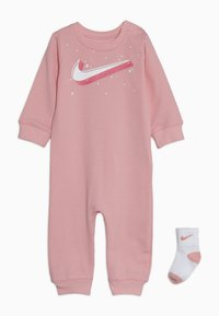 Nike Sportswear - GRAPHIC COVERALL SOCK BABY SET - Kombinezon - bleached coral - 0