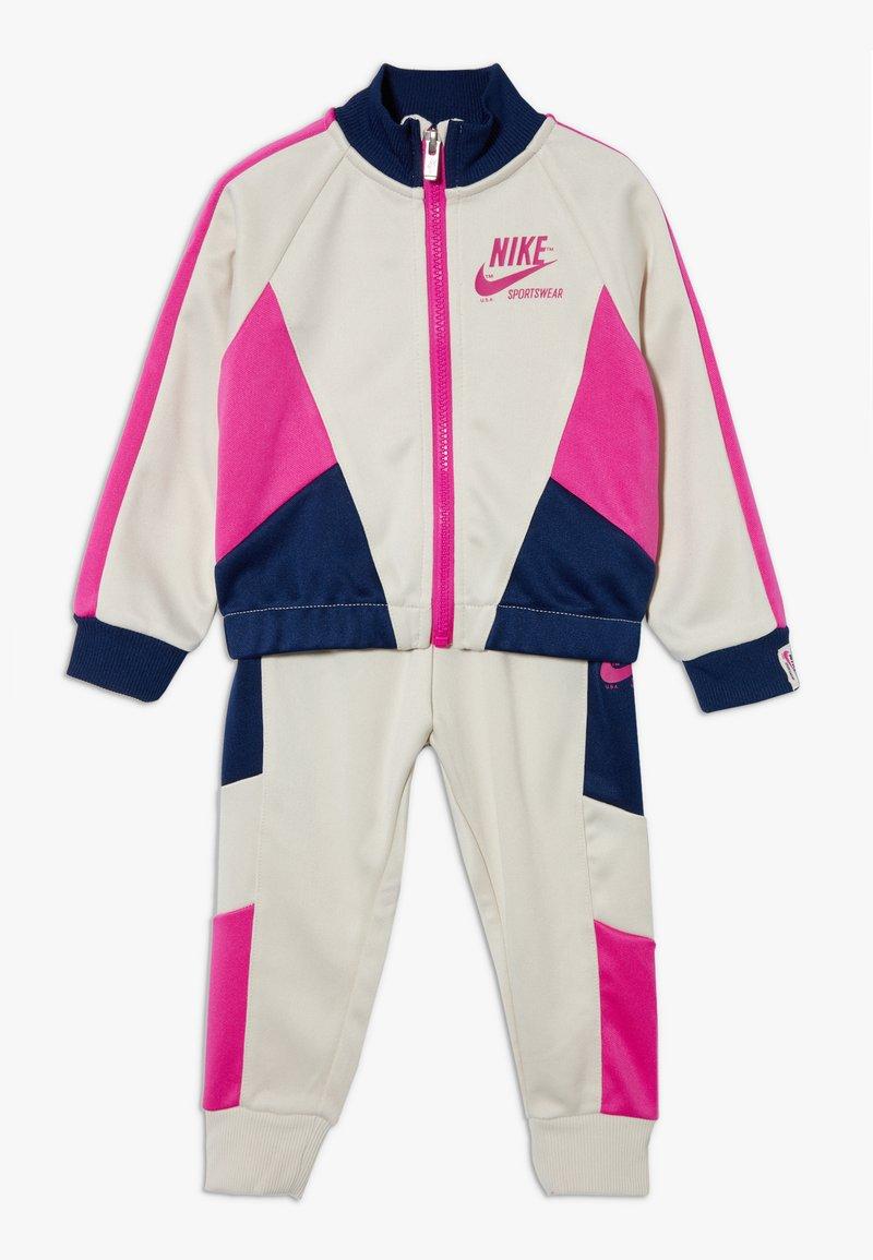 Nike Sportswear - HERITAGE SET BABY - veste en sweat zippée - light orewood brown