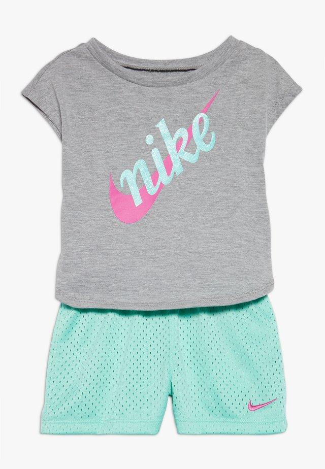 SCRIPT FUTURA  SET BABY - Shorts - emerald rise