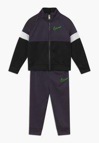 Nike Sportswear - COLOR BLOCK TRICOT BABY SET  - Tepláková souprava - black - 0