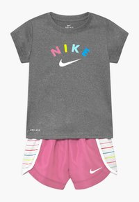 Nike Sportswear - GIRLS SHORT SET - Shorts - magic flamingo - 0