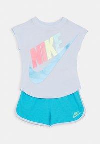 Nike Sportswear - FUTURA TEE SET - Pantaloni sportivi - blue fury - 0