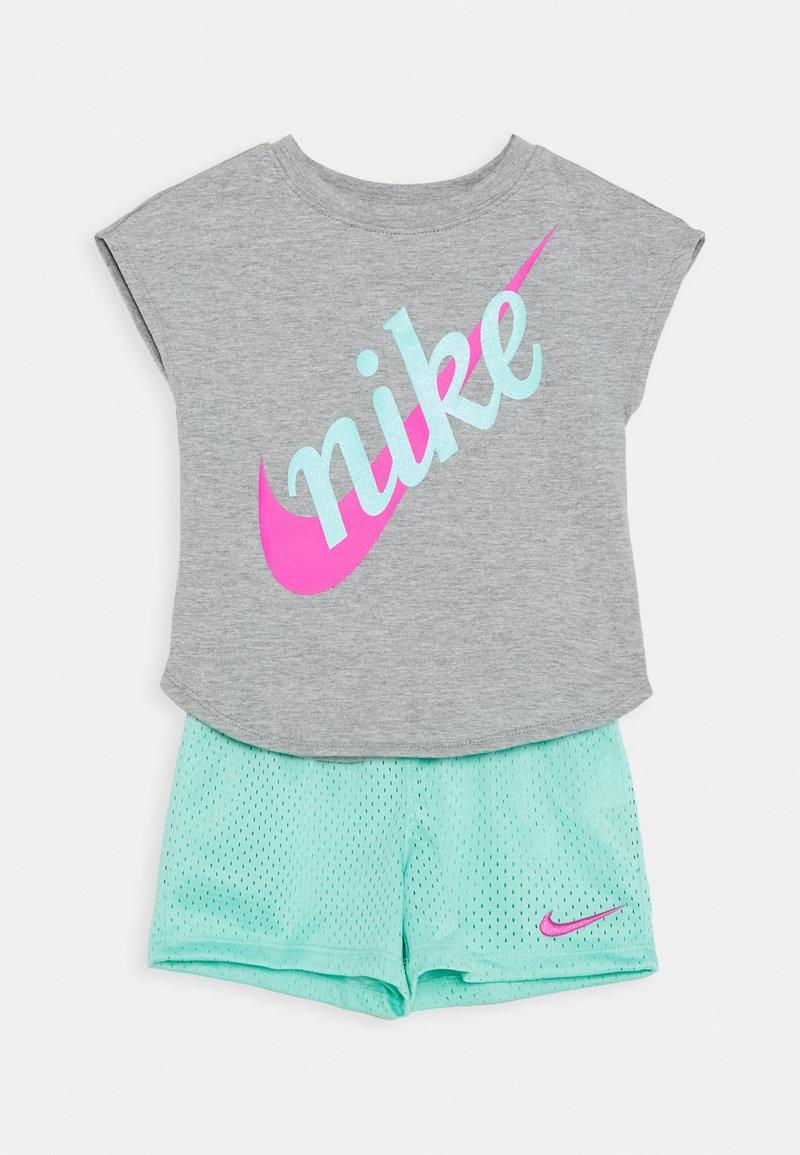 Nike Sportswear - SCRIPT FUTURA SET - Pantalones deportivos - emerald rise