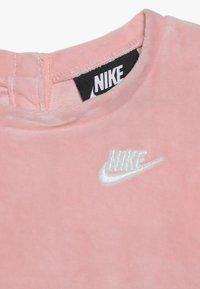 Nike Sportswear - DRESS BABY - Denní šaty - bleached coral - 4